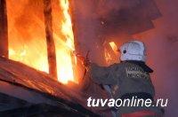 В Кызыле сотрудники МСЧ предотвратили взрыв газовых баллонов при пожаре