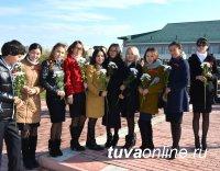 В Кызыле торжественно чествуют учителей