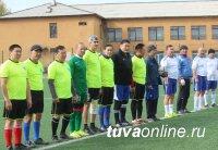 Министр спорта Тувы Юрий Ооржак показал лучшее время в надевании защитного костюма Л-1