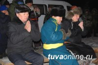 Мэр Кызыла Владислав Ховалыг встретил Шагаа с горожанами на возвышенности у памятника «Кадарчы»