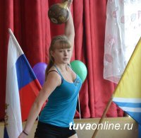 11-классница сарыг-сепской школы № 1 Алина Коледова вырвала гирю в 8 кг 220 раз