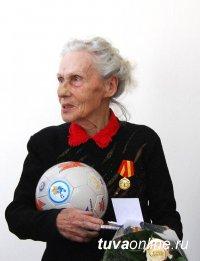 Учитель физкультуры Нина Кузьмина награждена медалью «За вклад в развитие города Кызыла»