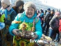 Масленичный столб в Кызыле покорили лишь 5 ловкачей из 136