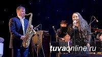 Саксофонисту Игорю Бутману в Туве показали Центр Азии и подарили тувинскую скрипку – игил