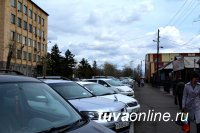 Реконструированные дороги центра Кызыла запружены припаркованным автотранспортом