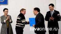 Глава Тувы Шолбан Кара-оол и депутат Госдумы Лариса Шойгу наградили земляков в честь Первомая