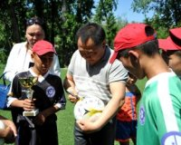 Глава Тувы наградил победителей детского соревнования по борьбе Хуреш и подарил мячи юным футболистам из школы-интерната