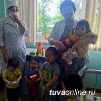Подарки пациентам детской больницы - от депутата горхурала