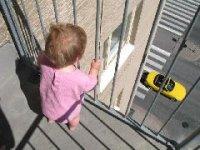Полицейские Кызыла спасли от падения с балкона 4-летнюю девочку