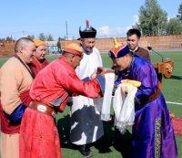 Главе Тувы Шолбану Кара-оолу подарили освященные буддийские сутры для привлечения защиты и благополучия