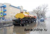В Кызыле после дождя откачивают лужи