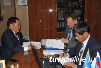 Шолбан Кара-оол сдал документы в избирательную комиссию