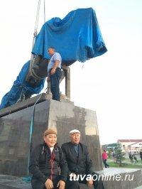 Глава Тувы запечатлел исторический момент – установку памятника тувинским добровольцам
