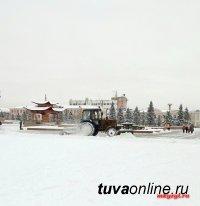 """Обильный снегопад в Туве. Техника МУП """"Благоустройство"""" работает в круглосуточном режиме"""