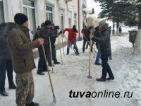 Кызыл: Городские власти призывают собственников кафе, учреждений, организаций очистить прилегающие к ним тротуары от наледи