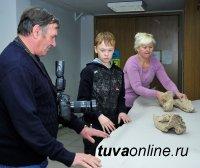 Кызылский школьник Данила Буньков 60 кг найденных костей мамонта сдал в Национальный музей Тувы