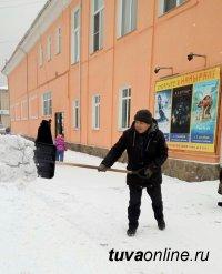 Предприниматели Кызыла включились в уборку прилегающей территории ото льда и снега