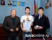 Руководство столичной полиции наградило кызылчанина, предотвратившего грабеж