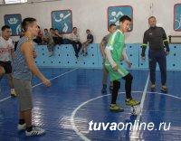 Тренер футбольной школы «Юниор» готовит команды интерната Кызыла к соревнованиям «Будущее зависит от тебя»