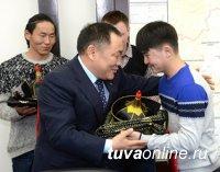 Тувинцы из Китая получили в подарок от Главы Тувы национальную одежду