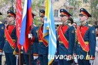 Кызыл: у памятника Тувинским добровольцам в День Победы в юнармейцы посвящены 250 школьников
