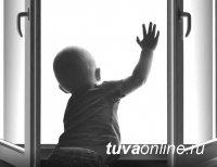В Ак-Довураке полуторагодовалый ребенок выпал из окна третьего этажа