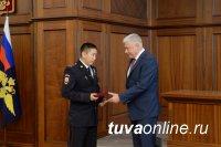 Полицейские Тувы награждены министром за подвиг - спасение зимой трех человек из провалившейся под лед Енисея автомашины