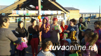 Чай с выпечкой, стритбол, знакомство с дизайн-проектом двора, танцы и перетягивание каната – в Туве отметили День Соседей