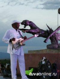 Открытием фестиваля «Устуу-Хурээ» стал Лопсан Мундукай, молодой горловик, исполняющий горное каргыраа
