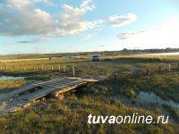 На соленом озере Дус-Холь (Тува) установлен деревянный мост, питающий озеро