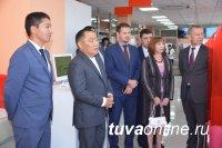 Глава Тувы открыл бизнес-офис и сам оказал первую услугу