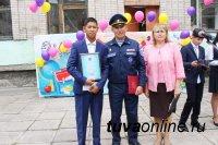 В Туве школьника в День знаний наградили за спасение тонущего мужчины