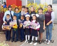 Полицейские Тувы порадовали школьников, вручив им подарки ко Дню знаний
