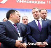 Глава Тувы поздравил Председателя Правительства РФ Дмитрия Медведева с Днем рождения