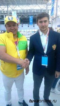 Участник тувинской делегации на Фестивале молодежи и студентов попал в призеры в состязаниях по шахматам и сыграл партию с Сергеем Карякиным