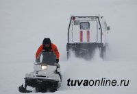 В Туве спасатели оказали помощь пассажирам автомобиля, сломавшегося на бездорожье в Эрзинском районе
