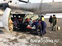 В Туве спасатели помогли врачам транспортировать из тайги охотника, повредившего ногу