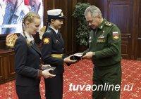Сергей Шойгу подарил памятные часы и книги по истории Тензине Мунзук, кадету Кызылского президентского училища