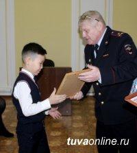 Руководство МВД Тувы отметило школьников, нашедших хозяев забытого в маршрутке смартфона