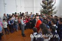 11-й год Голевская горнорудная компания дарит сладости маленьким тоджинцам