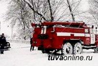 В Туве из-за морозов ломаются автомашины. На помощь выезжают специалисты пожарно-спасательных частей