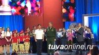 Команда КВН «Как жахнем!» Кызылского президентского училища награждена часами министра обороны России