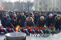 В Туве в День защитника Отечества возложили венки к памятнику павшим