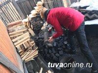 """""""Добрые Сердца Тувы"""" очищают от снега дворы и крыши домов одиноких ветеранов войны и пожилых людей"""