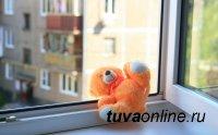 В Туве из окна на пятом этаже выпал и погиб полуторагодовалый мальчик