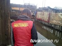 В Туве волонтеры помогают жителям домов, пострадавших от подтопления