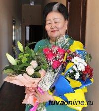 Шолбан Кара-оол поздравил известного работника культуры Зою Монгуш с юбилеем
