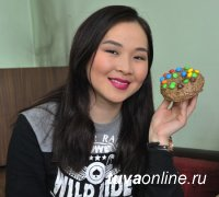 Аржаана Монгуш. Девушка с пончиками