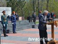 Кызыл: Состоялись церемонии возложения цветов к памятнику павшим и памятнику Тувинским добровольцам