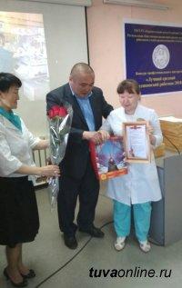 Депутаты горхурала Кызыла отметили акушерок в их профессиональный праздник